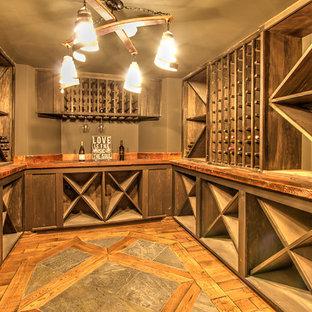Diseño de bodega clásica, grande, con suelo de madera en tonos medios, botelleros de rombos y suelo multicolor