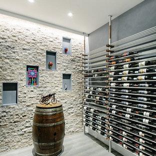 Diseño de bodega actual con vitrinas expositoras y suelo gris
