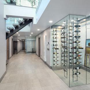 Immagine di una grande cantina moderna con pavimento con piastrelle in ceramica, rastrelliere portabottiglie e pavimento grigio