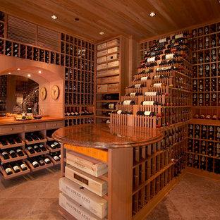 ロサンゼルスの広いトラディショナルスタイルのワインセラーの画像 (セラミックタイルの床、ディスプレイラック、オレンジの床)