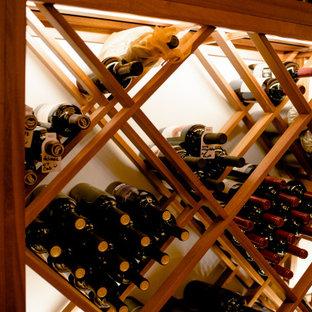 Inspiration för mellanstora klassiska vinkällare, med mellanmörkt trägolv, vinhyllor och brunt golv