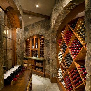 Aménagement d'une grand cave à vin montagne avec des casiers losange.