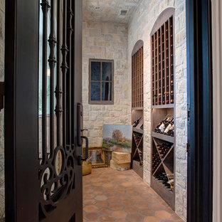 Inspiration pour une cave à vin traditionnelle de taille moyenne avec un sol en bois foncé, des casiers et un sol orange.