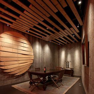 Imagen de bodega minimalista, grande, con suelo de cemento, vitrinas expositoras y suelo marrón
