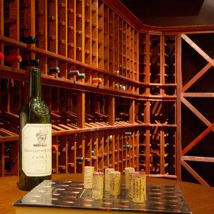 Foto de bodega de estilo americano, de tamaño medio, con suelo de cemento y botelleros