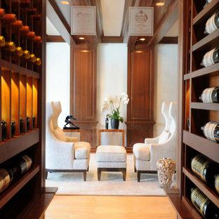 Diseño de bodega clásica, grande, con suelo de mármol, vitrinas expositoras y suelo amarillo