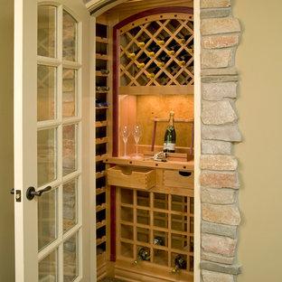 Idées déco pour une petit cave à vin classique avec moquette et des casiers.