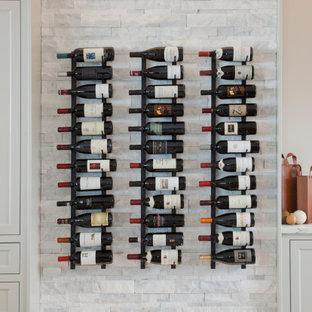 Inspiration för mellanstora klassiska vinkällare, med marmorgolv och vinhyllor