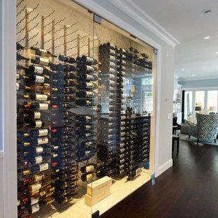 Cette image montre une très grand cave à vin craftsman avec un sol en vinyl et un présentoir.