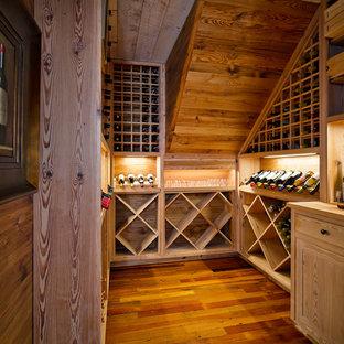 Inspiration för mellanstora klassiska vinkällare, med mellanmörkt trägolv och vinställ med diagonal vinförvaring