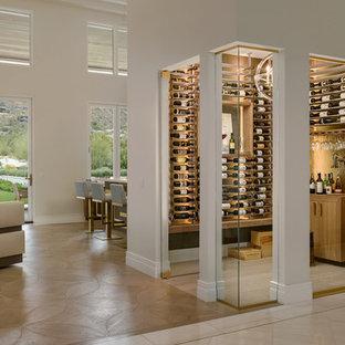 Inspiration för moderna vinkällare, med vinhyllor och beiget golv