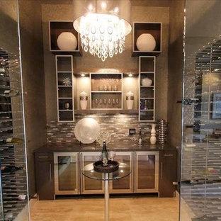 Inredning av en mycket stor vinkällare, med marmorgolv och vinhyllor