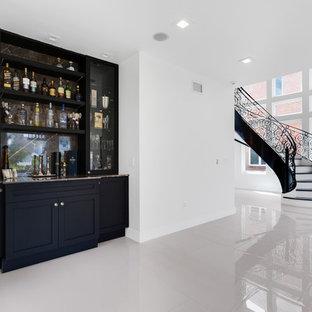Modelo de bodega actual, extra grande, con suelo de mármol, vitrinas expositoras y suelo negro