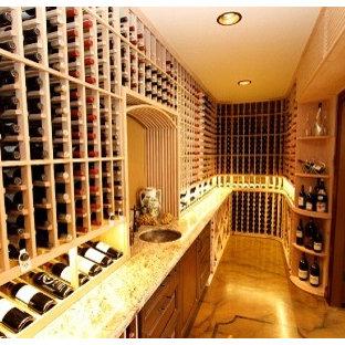 Idée de décoration pour une cave à vin ethnique de taille moyenne avec un présentoir.