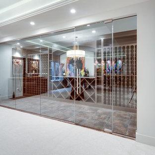 Foto di una cantina classica con pavimento marrone, pavimento in gres porcellanato e portabottiglie a vista