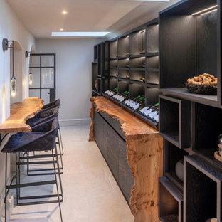 Idéer för stora funkis vinkällare, med klinkergolv i keramik, vindisplay och vitt golv