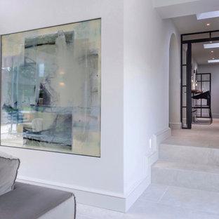 Modelo de bodega contemporánea, grande, con suelo de baldosas de cerámica, vitrinas expositoras y suelo blanco