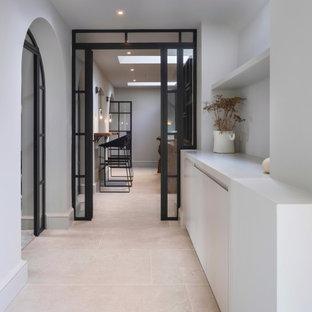 Ejemplo de bodega contemporánea, grande, con suelo de baldosas de cerámica, vitrinas expositoras y suelo blanco