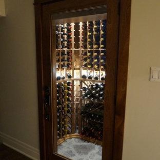 Inspiration pour une petite cave à vin traditionnelle avec un sol en ardoise, des casiers et un sol gris.