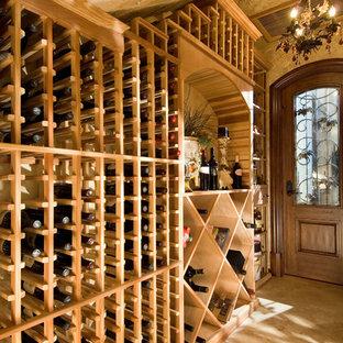 Inspiration pour une cave à vin ethnique avec des casiers.