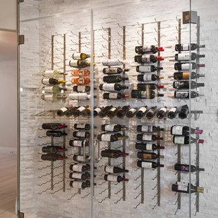 Idéer för små funkis vinkällare, med travertin golv och vinhyllor