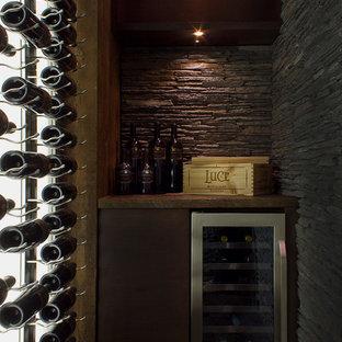 Diseño de bodega contemporánea, pequeña, con suelo de corcho y botelleros