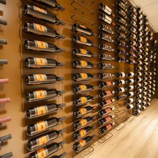 サクラメントの大きいトラディショナルスタイルのおしゃれなワインセラー (淡色無垢フローリング、ワインラック) の写真