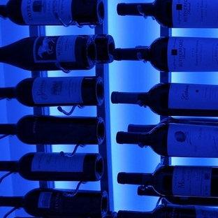 Foto de bodega actual, pequeña, con botelleros