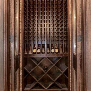 Foto på en stor funkis vinkällare, med tegelgolv och vinställ med diagonal vinförvaring