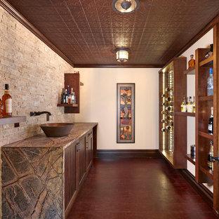 Imagen de bodega clásica renovada con vitrinas expositoras y suelo rojo