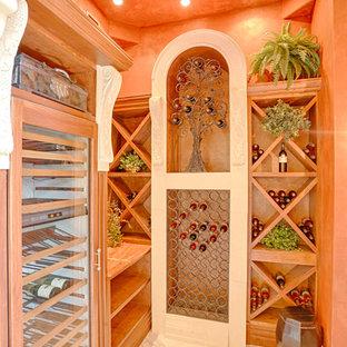 Ispirazione per una cantina mediterranea di medie dimensioni con pavimento in marmo, portabottiglie a scomparti romboidali e pavimento bianco