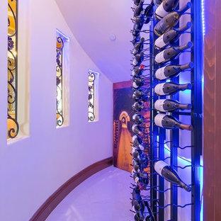 Foto di una cantina mediterranea di medie dimensioni con pavimento in gres porcellanato e portabottiglie a vista