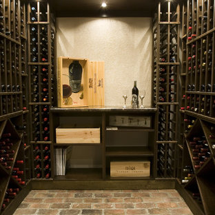 Medelhavsstil inredning av en vinkällare, med tegelgolv, vinhyllor och rött golv