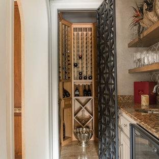 ヒューストンの地中海スタイルのおしゃれなワインセラー (ワインラック、ベージュの床) の写真