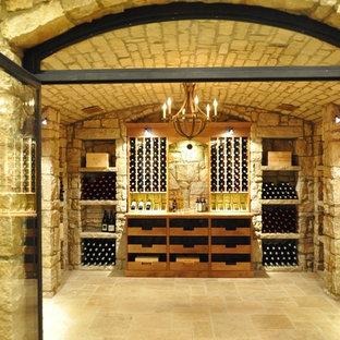 Inspiration för en stor 50 tals vinkällare, med klinkergolv i terrakotta och vindisplay