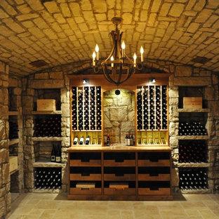 Exemple d'une grand cave à vin chic avec un sol en carreau de terre cuite et un présentoir.