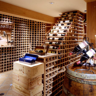 Diseño de bodega clásica con suelo de baldosas de terracota y botelleros