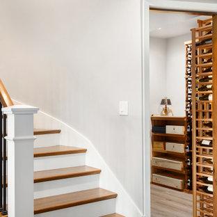 Cette image montre une grand cave à vin marine avec un sol en vinyl, des casiers et un sol marron.