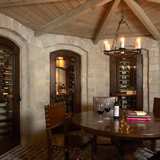 Inspiration pour une cave à vin traditionnelle avec un sol en brique et un sol rouge.