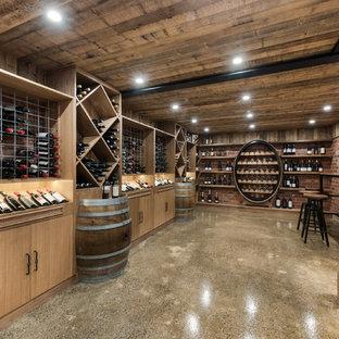 Réalisation d'une cave à vin champêtre avec béton au sol et des casiers losange.