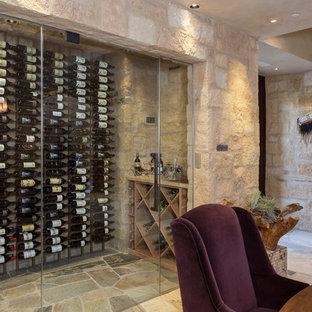 Imagen de bodega clásica renovada, de tamaño medio, con suelo de piedra caliza y botelleros