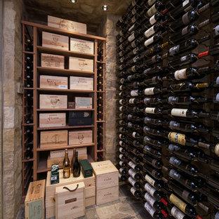 Idéer för att renovera en mellanstor vintage vinkällare, med kalkstensgolv och vinhyllor