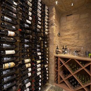 Foto på en mellanstor vintage vinkällare, med kalkstensgolv och vinhyllor
