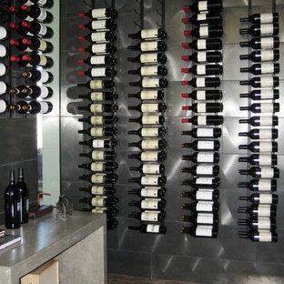 Inspiration pour une grand cave à vin design avec un sol en carrelage de céramique et des casiers.