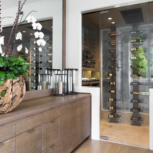 Idée de décoration pour une grand cave à vin design avec un sol en bois brun, un présentoir et un sol beige.