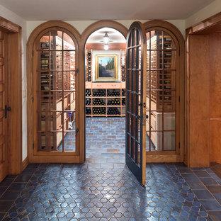 Idee per una cantina classica con rastrelliere portabottiglie e pavimento blu
