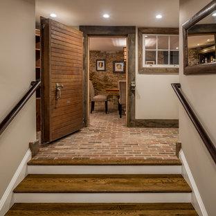 Ispirazione per una piccola cantina country con pavimento in mattoni, rastrelliere portabottiglie e pavimento rosso