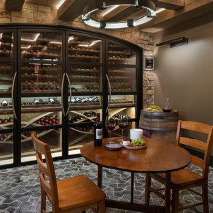 Diseño de bodega de estilo americano, grande, con suelo de baldosas de terracota, vitrinas expositoras y suelo negro