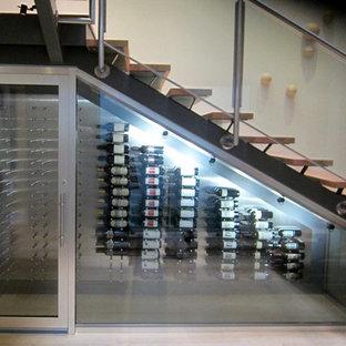 Immagine di una cantina contemporanea di medie dimensioni con pavimento in bambù e rastrelliere portabottiglie