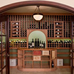 Bild på en vintage vinkällare, med vinhyllor och beiget golv
